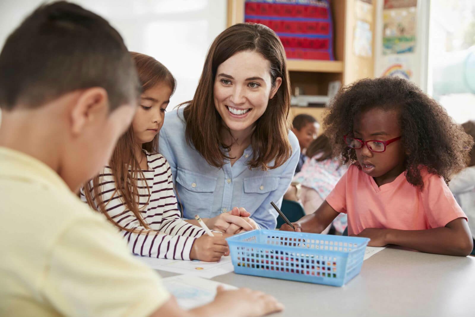 Professora interagindo com crianças