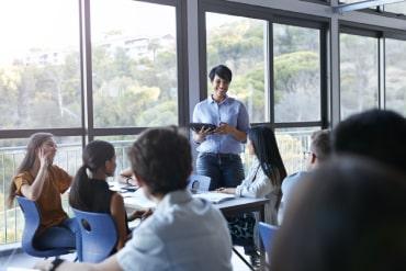 Sala de aula organizada em grupos